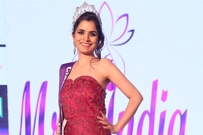 Hyd Woman Wins Mrs India 2017 Title