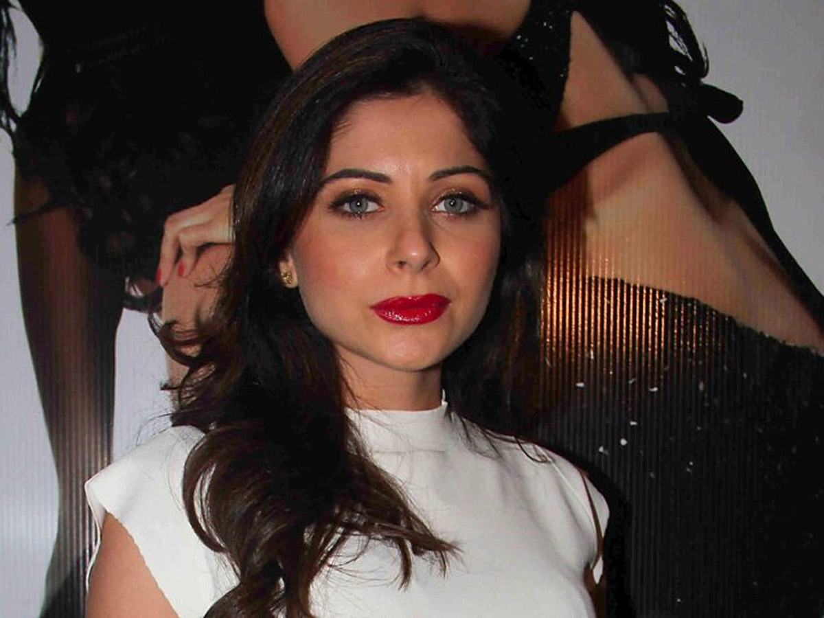 Rumor Corona: Kanika Kapoor Denies Hiding In Toilet